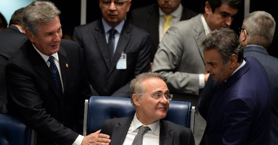 10.mai.2016 - Os senadores Fernando Collor de Melo (PTC-AL) e Aécio Neves (PSDB-MG) conversam com o presidente do Senado, Renan Calheiros (PMDB-AL), durante sessão de votação sobre a cassação do mandato do senador Delcídio do Amaral (MS-sem partido), no plenário do Senado Federal, em Brasília (DF)