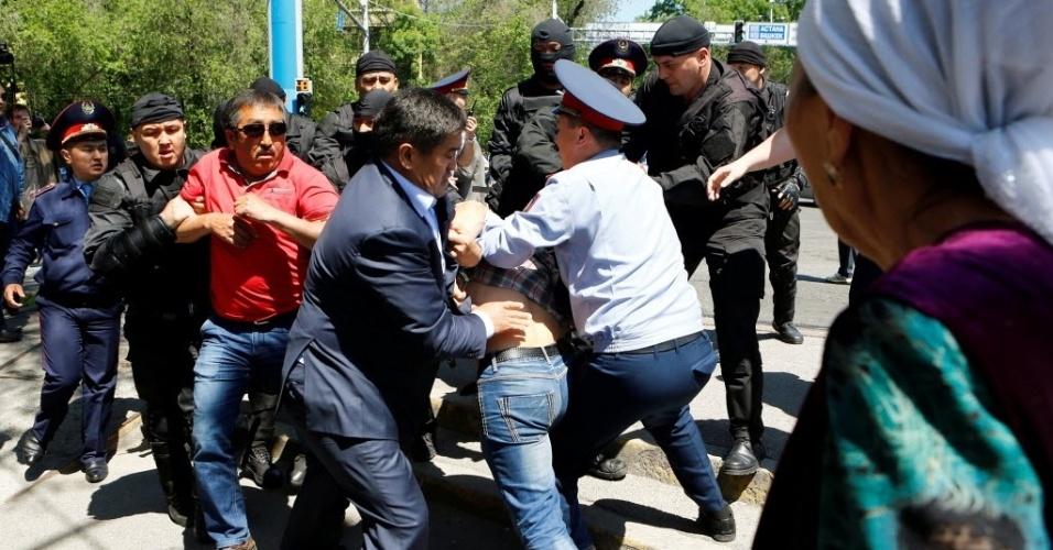 21.mai.2016 - Policiais seguram manifestante durante protesto contra o governo do presidente Nursultan Nazarbayev, em Almaty, Cazaquistão, neste sábado. O protesto é contra uma que vai permitir o arrendamento de terras por estrangeiros para a agricultura