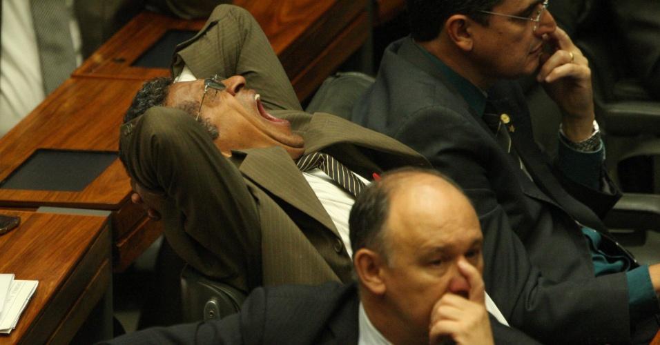 25.mai.2016 - Alguns deputados e senadores demonstram cansaço e dormem durante sessão do Congresso Nacional para análise do novo projeto orçamentário do governo interino de Michel Temer (PMDB), que entrou pela madrugada desta quarta-feira