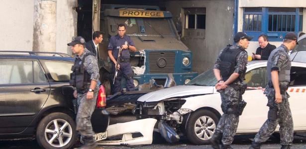 Em uma ação cinematográfica, criminosos incendiaram carros, caminhões e soltaram vários fogos de artifícios para encobrir o roubo a uma empresa de transporte de valores em Santo André (SP)