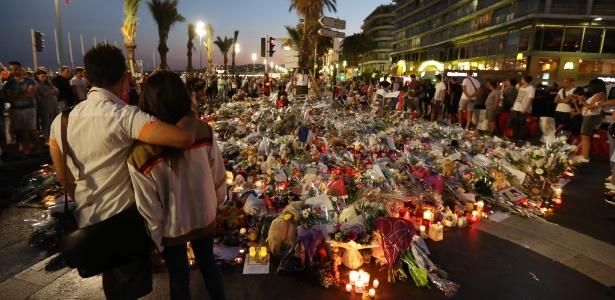 18.jul.2016 - Pessoas observam homenagens às vítimas do atentado terrorista em Nice