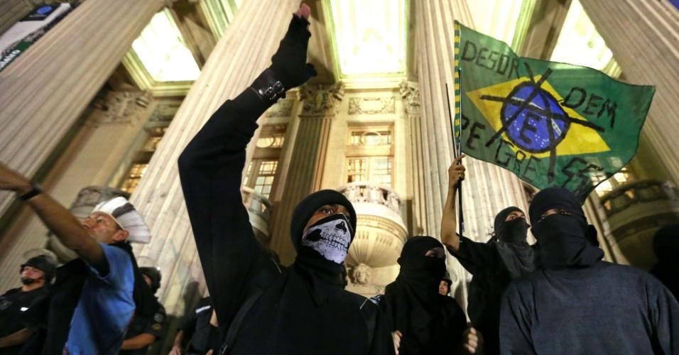 31.ago.2016 - 31.ago.2016 - 31.ago.2016 - Manifestantes protestam contra o impeachment da ex-presidente Dilma Rousseff na ALERJ, no centro do Rio de Janeiro.  O impeachment foi aprovado por 61 votos a favor e 20 contra.  Não houve abstenções.