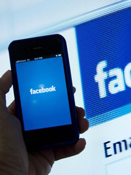 Celular com o Facebook - KAREN BLEIER/AFP