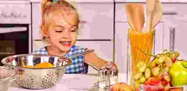 Criança, cozinha, gastronomia, independência - targovcom/iStock - targovcom/iStock