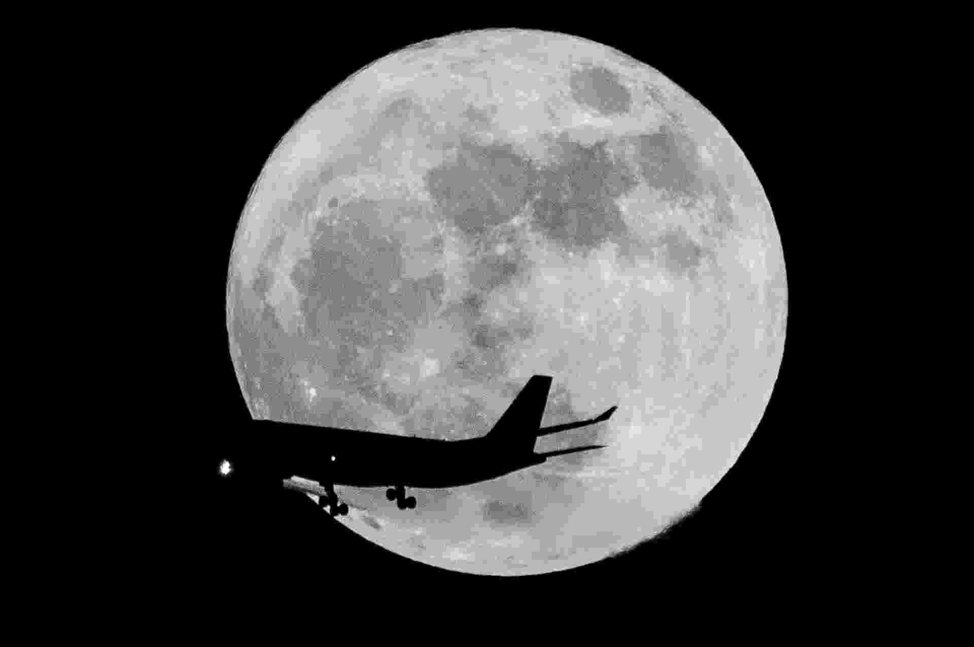 14.nov.2016 - Avião passa diante da superlua nos céus de Dubai, nos Emirados Árabes, nesta segunda-feira - Zhang Shumin/Xinhua