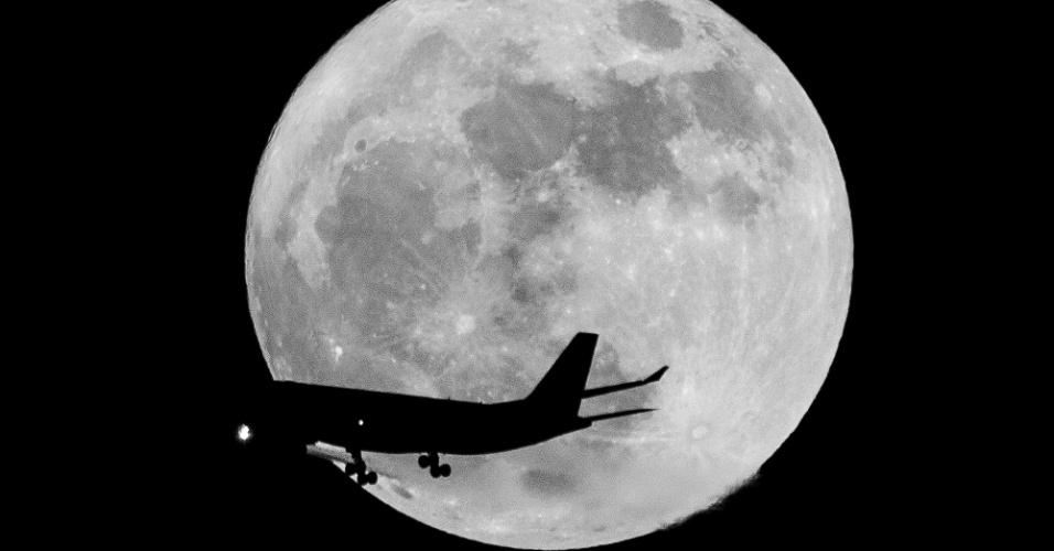 14.nov.2016 - Avião passa diante da superlua nos céus de Dubai, nos Emirados Árabes, nesta segunda-feira