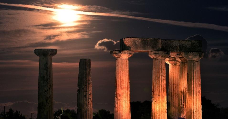 A superlua ilumina o céu sobre o Templo de Apolo, em Corinto, Grécia