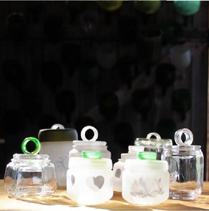 Potes de vidro reutilizados para a produção de peças de vidros da empresa Casa do Vidro, arrendada pela ong Associação Amigos do Rio Formoso de Bonito (MS)