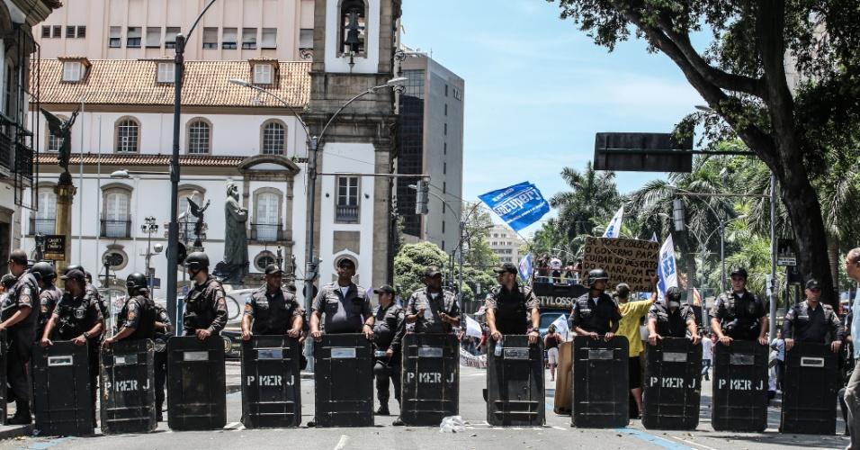 12.dez.2016 - Policia Militar faz barreira na região da Assembleia Legislativa do Rio de Janeiro, durante protesto de servidores estaduais contra o pacote de austeridade do governo