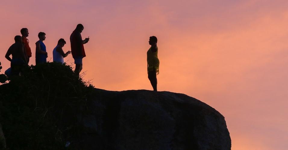 27.dez.2016 - Mulher posa para foto na Pedra do Arpoador, em Ipanema, zona sul do Rio de Janeiro, durante o pôr do sol
