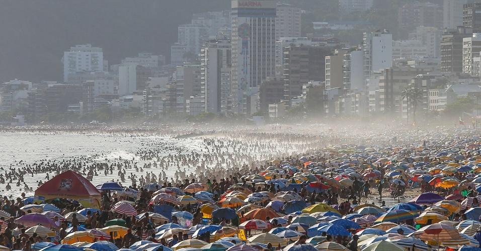 27.dez.2016 - Pouco antes do pôr do sol, a praia de Ipanema, na zona sul do Rio de Janeiro, ainda estava lotada. No início da tarde, os termômetros haviam registrado a mais alta temperatura de 2016 na cidade, 42,3ºC, na zona oeste. A sensação térmica chegou a atingir 47,7ºC