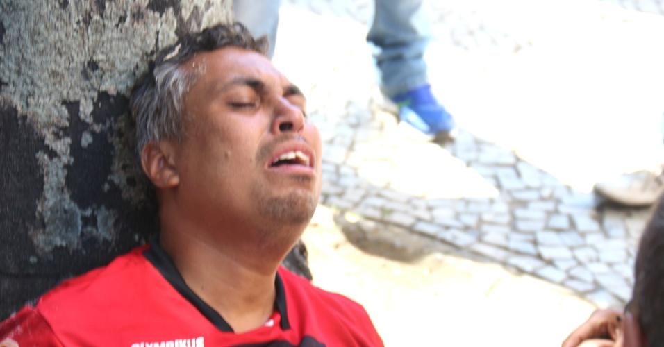 9.fev.2017 - Homem é socorrido durante confronto entre policiais militares e manifestantes nas imediações da Alerj, no centro do Rio. Servidores do Estado protestam contra o pacote de austeridade do governo Pezão e a privatização da Cedae