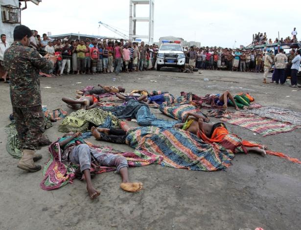 Corpos de refugiados somalis atingidos no Iêmem por um helicóptero da coalizão árabe, que disparou contra o navio onde viajavam