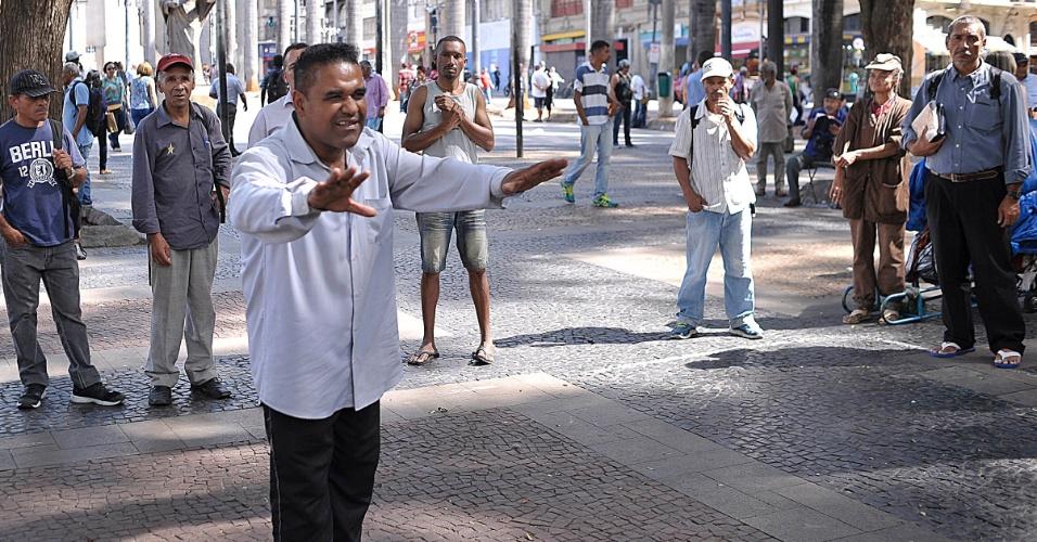 5.abr.2017 - O pastor Edvaldo Silva, 45, prega na praça da Sé, em São Paulo