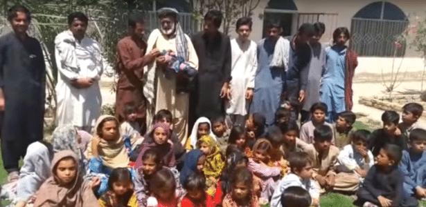 Abdul Majeed Mengal (de barba branca) com alguns de seus filhos