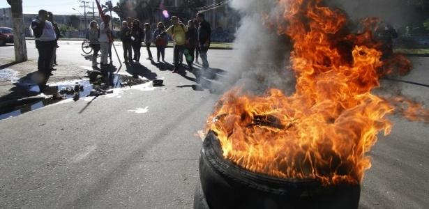 Protestos bloqueiam entrada do Centro Administrativo em Porto Alegre - MARCELO G. RIBEIRO/JC