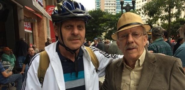 8.mai.2017 - O jornalista Carlos Bahia (à esq.) e o advogado e escritor Lineu Tomáss na Boca Maldita, centro histórico de Curitiba