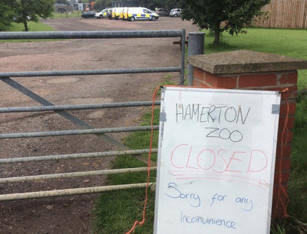Placa avisa sobre fechamento do zoológico de Hamerton, no Reino Unido