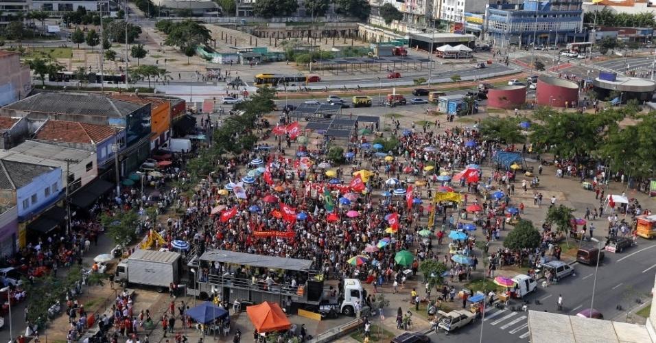 4.jun.2017 - Imagem aérea do largo da Batata, na Zona Oeste da capital paulista, mostra aglomeração de pessoas durante protesto contra o governo Temer neste domingo. O ato tem a presença de vários artistas e de um trio elétrico