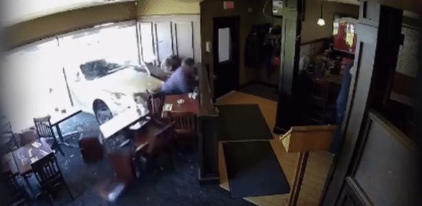 Robertson comia com outro amigo quando o acidente aconteceu no restaurante em Virgil, Ontario