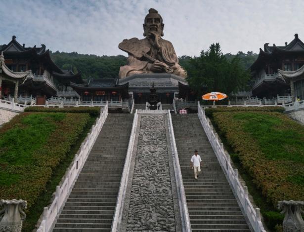 Padre caminha nas escadas da estátua de Lao-tzu, próxima ao templo Montanha de Mao, na China