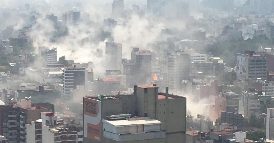 19.set.2017 - O desabamento de construções deixou a Cidade do México em meio a fumaça após um forte terremoto atingir a cidade