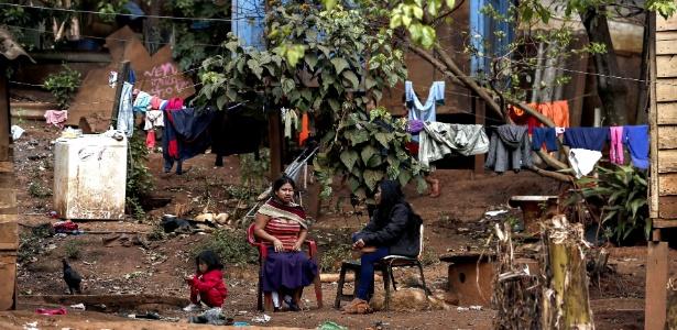 Acostumadas a brincar na terra, crianças guaranis entram em contato com fezes e carcaças de animais