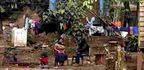Acostumadas a brincar na terra, crianças guaranis entram em contato com fezes e carcaças de animais - Miguel Schinchariol/AFP