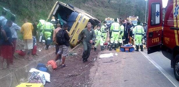 Ônibus tombou na Fernão Dias, deixando mortos e feridos em estrada de Minas Gerais