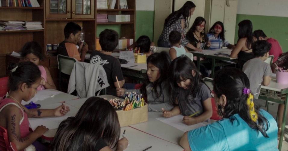 Crianças da terra indígena Piaçaguera desenham possíveis impactos da termelétrica na comunidade em Peruíbe, na Baixada Santista (SP)