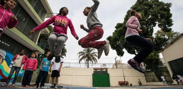 Alunos brincam no pátio da EMEF Brasil-Japão, na periferia de São Paulo