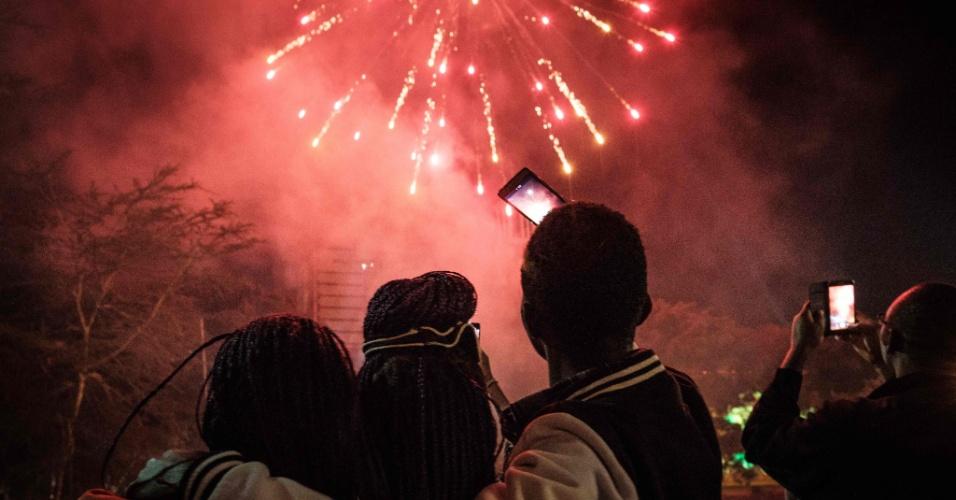 Quenianos fotogravam queima de fogos e assistem a show de música no Centro Internacional de Convenções Kenyatta, em Nairóbi