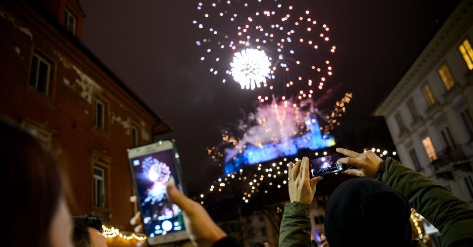 Em Ljubljana, capital da Eslovênia, as pessoas registram os fogos da virada