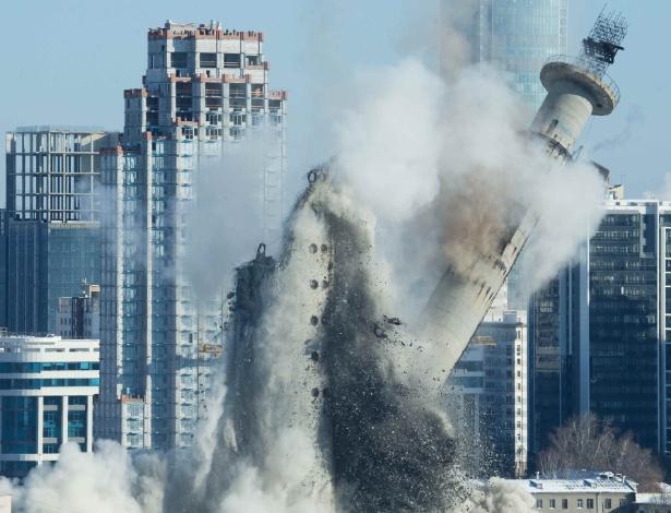 Maior símbolo de Ecaterimburgo, torre de televisão inacabada, de 220 metros de altura, é destruída sob protesto de moradores - Alexei Kolchin/Reuters