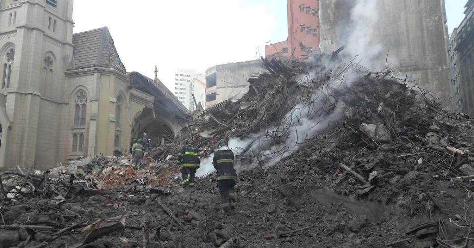 3.mai.2018 - Bombeiros trabalham pela retirada dos entulhos do prédio que desabou no centro de São Paulo. O Corpo do Bombeiros estimou, nesta quinta-feira (3), que 40% do trabalho no local já foi feito