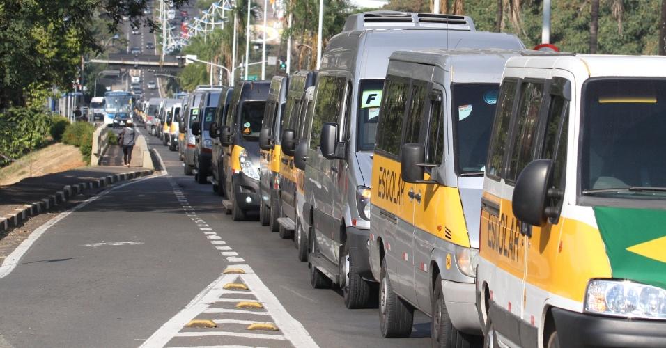 Motoristas de vans escolares realizam um comboio no centro de Campinas (SP), em protesto contra o aumento dos combustíveis e em apoio à paralisação dos caminhoneiros, que entrou no quinto dia nesta sexta-feira (25)