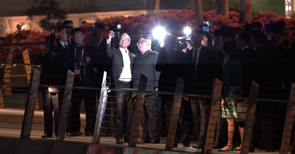 11.jun.2018 - Ministro de Relações Exteriores de Singapura, Vivian Balakrishnan, posa com Kim Jong-un durante um passeio noturno antes da cúpula entre o líder norte-coreano e o presidente Donald Trump
