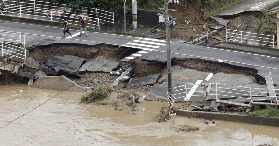8.jul.2018 - Estrada fica destruída após forte chuvas na cidade de Kurashiki, província de Okayama