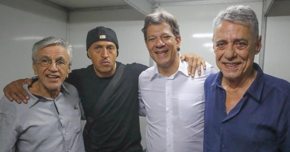 23.out.2018 - Caetano Veloso, Mano Brown e Chico Buarque com Fernando Haddad (PT) em ato de apoio à candidatura do petista no Rio de Janeiro