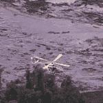 25.jan.2019 - Helicóptero trabalha no resgate de vítimas após rompimento uma barragem da mineradora Vale em Brumadinho (MG) - Reprodução