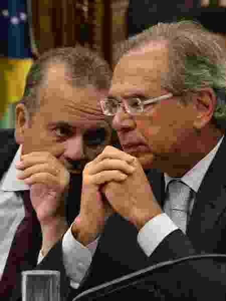 O secretário Rogério Marinho (à esq.) e o ministro da Economia, Paulo Guedes, durante audiência na comissão especial da Previdência - Renato Costa/Framephoto/Estadão Conteúdo
