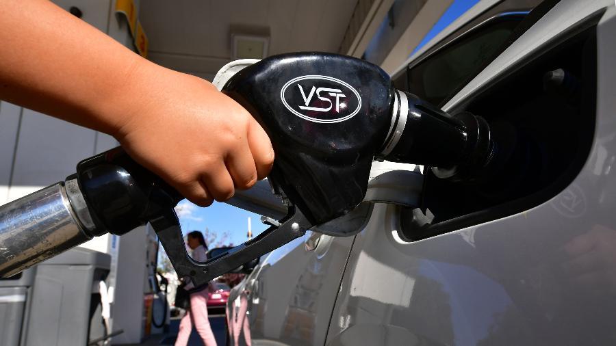 9.abr.2019 - Criança abastece carro em posto de combustível em Los Angeles, nos Estados Unidos - Frederic J. Brown - 9.abr.2019/AFP