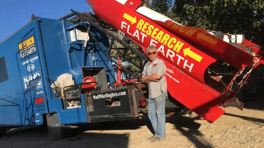 """Michael """"Mad Mike"""" Hughes morreu neste sábado (22) ao se lançar de foguete caseiro para tentar provar o terraplanismo - Reprodução"""