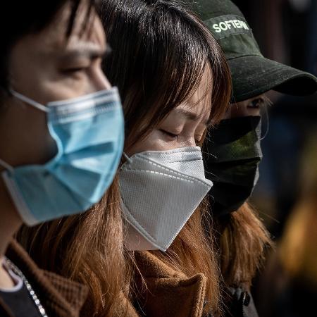 Chineses usam máscara de proteção em passeio a shopping em Pequim, na China - NICOLAS ASFOURI / AFP