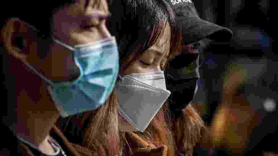 Chineses usam máscara de proteção em passeio a shoppingm em Pequim, na China - NICOLAS ASFOURI / AFP