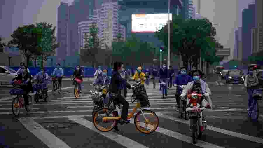 Pessoas usam bicicleta na China, depois do fim do isolamento social - ALY SONG/REUTERS