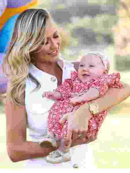 Ana Paula Siebert disse não se sentir menos mãe por ter ajuda com a filha Vicky - Reprodução/Instagram