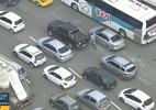 Quem nunca? Motorista 'perde' carro em engarrafamento e se desespera no RJ (Foto: Reprodução/TV Globo)