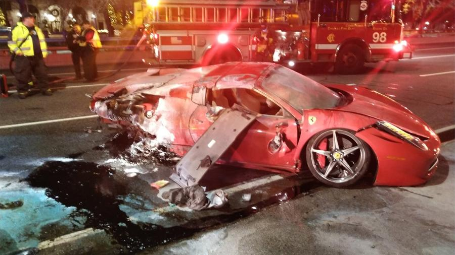 Ferrari alugada fica destruída após acidente em Chicago, nos EUA - Chicago Fire Department