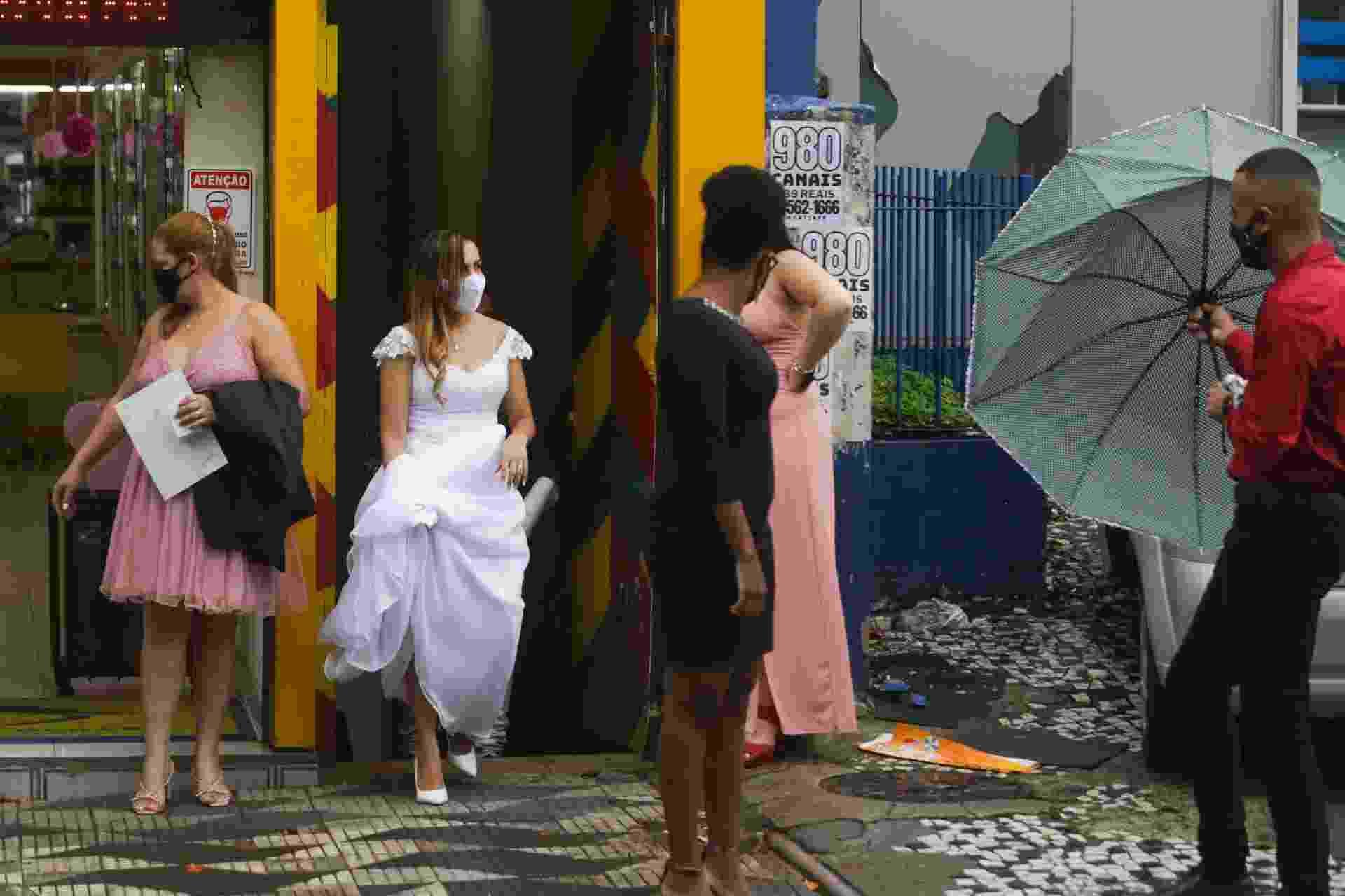 Noiva espera na frente de cartório em Itaquera, em São Paulo - Ricardo Matsukawa/UOL
